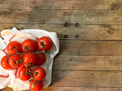 Tomaten auf einem Holztisch  - p6430196f von senior images RF