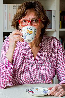 Woman drinking coffee - p940m1008378 by Bénédite Topuz