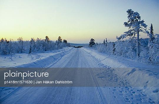 Verschneite Landstraße - p1418m1571630 von Jan Håkan Dahlström
