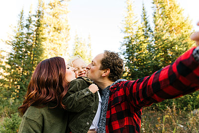 Family selfie in forest - p1427m2146673 by Jessica Peterson