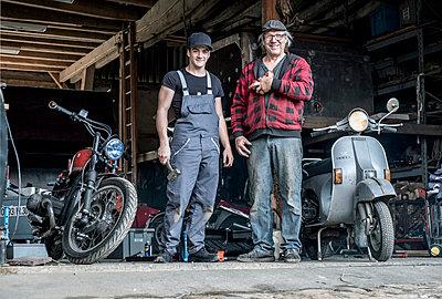 Zwei Hobby Motorradfahrer in ihrer Werkstatt - p1437m1585638 von Achim Bunz