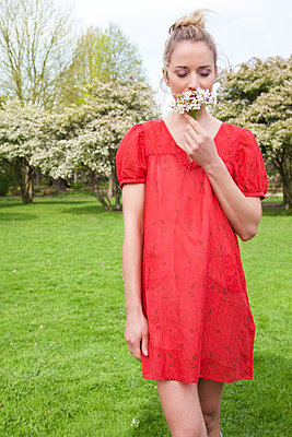 Young woman with flowers - p1678m2258856 by vey Fotoproduction