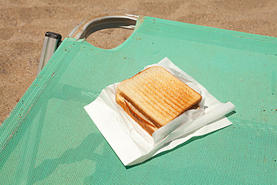 Beach snack - p454m2037693 by Lubitz + Dorner