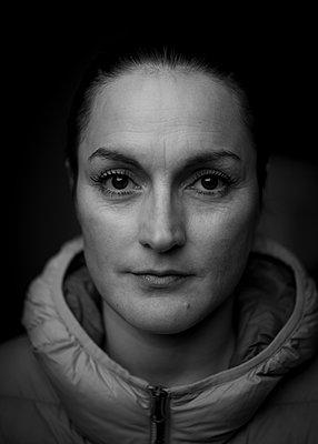 Woman, portrait - p552m2071147 by Leander Hopf