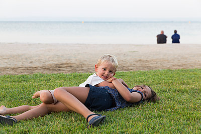 Siblings on the beach - p756m1464799 by Bénédicte Lassalle
