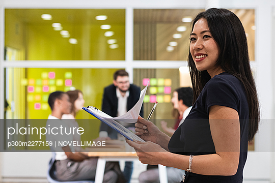 Barcelona, Spain. Group of colleagues working in office. Business people, working, multiracial, coworking, workplace, technology, creative professional, multicultural, office worker, creative industry, economy. - p300m2277159 von NOVELLIMAGE