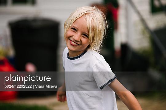 Canada, Ontario, Kingston, Portrait of smiling blonde boy (8-9) - p924m2292522 by Viara Mileva