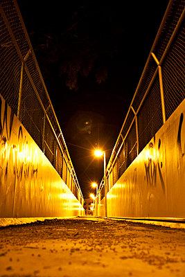 Verlassene Überbrückung mit Beleuchtung - p1092m1112967 von Rolf Driesen