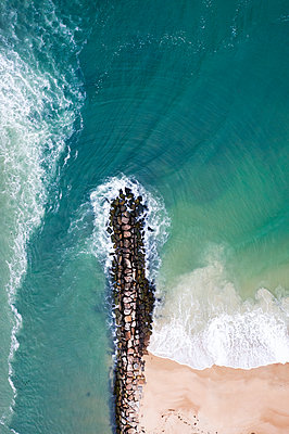 Aerial view of a jetty in New England - p1166m2193782 by Cavan Images