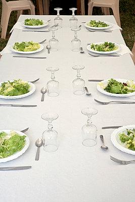Gedeckter Tisch mit Salattellern - p265m1115842 von Oote Boe