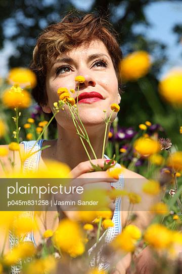 Verträumter Blick - p045m831258 von Jasmin Sander