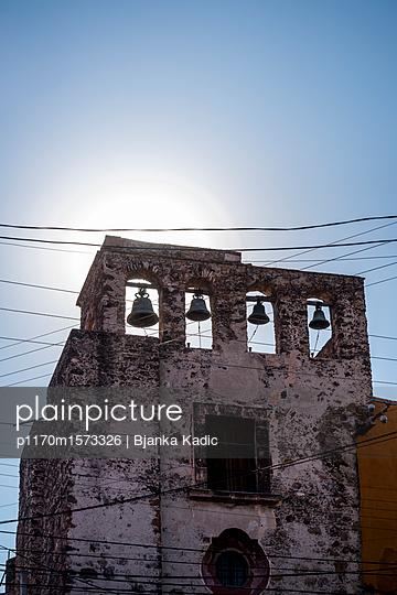 plainpicture - plainpicture p1170m1573326 - Church bells, Mexico - plainpicture/Bjanka Kadic