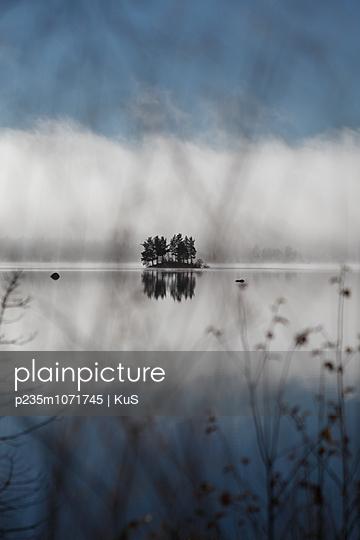 Kleine Insel im spiegelglatten See - p235m1071745 von KuS
