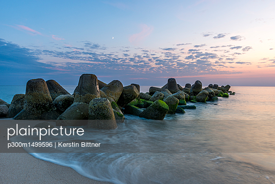 Germany, North Frisia, Sylt, Hoernum, beach with tetrapods - p300m1499596 by Kerstin Bittner