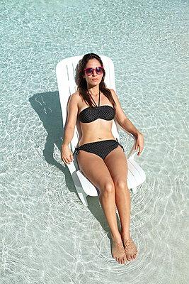 Sonnenbad im Pool - p045m900340 von Jasmin Sander
