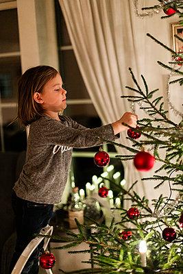 Girl decorating Christmas tree - p312m2092174 by Lisa  Öberg
