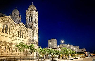 Kathedrale von Marseille bei Nacht - p636m2021634 von François-Xavier Prévot