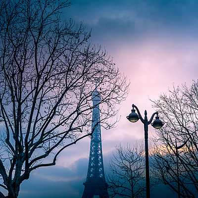 Eiffel Tower at sunset - p813m1332321 by B.Jaubert