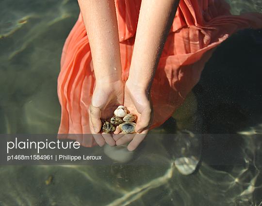 Muscheln auf der Handfläche eines Kindes - p1468m1584961 von Philippe Leroux