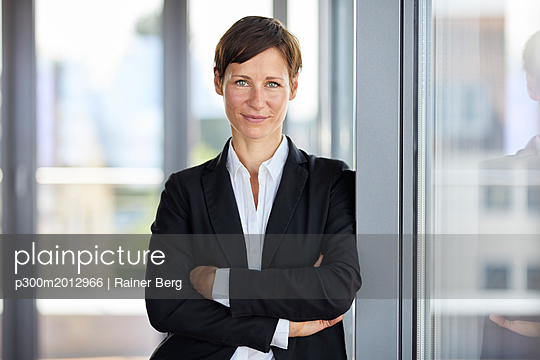 Portrait of smiling businesswoman in office - p300m2012966 by Rainer Berg