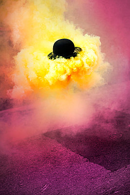 Bowled hat and yellow smoke - p1007m1006956 by Tilby Vattard