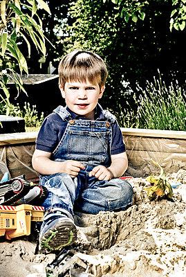 Kleiner Junge im Sandkasten - p1221m1041706 von Frank Lothar Lange