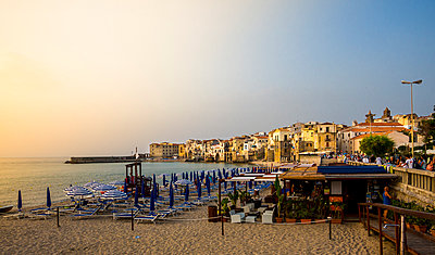 Italy, Sicily, Cefalu, view to medieval houses with beach in the foreground at evening twilight - p300m1023499f by Martin Moxter