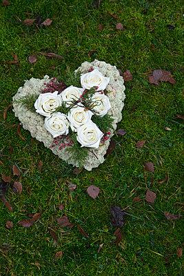 Blumengesteck am Grab - p3300336 von Harald Braun