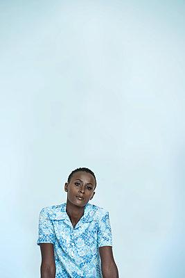 Afrikanerin in blauem Kleid - p427m1466664 von R. Mohr