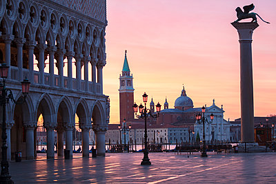 St Marks square and San Giorgio Maggiore church before sunrise, Venice, Veneto, Italy - p429m2051130 by Fabio Muzzi