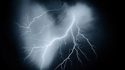 Blitze am Nachthimmel - p945m2177762 von aurelia frey
