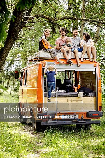 Gruppe Freunde auf dem Dach eines Wohnmobils - p1146m2196045 von Stephanie Uhlenbrock