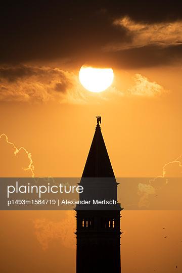 Sonnenuntergang hinter dem Campanile vom Markusplatz, Venedig - p1493m1584719 von Alexander Mertsch