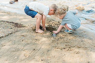 Siblings playing at the beach together. - p1166m2153708 by Cavan Images