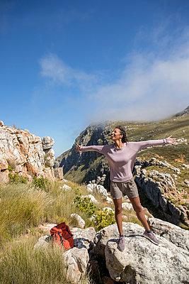 Junge Frau beim Wandern in den Bergen - p1355m1574172 von Tomasrodriguez