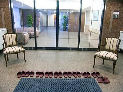 Pantoffeln vorm Eingang - p2651197 von Oote Boe