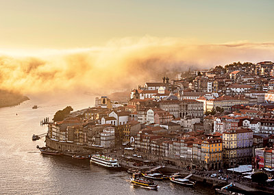 Douro River and Cityscape of Porto at sunset, elevated view, Portugal - p651m2085122 by Karol Kozlowski photography