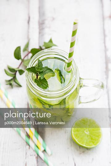 Organic cucumber water with mint and lime - p300m2004649 von Larissa Veronesi
