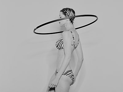 Woman exercising with a Hula Hoop  - p1012m1486599 by Frank Krems