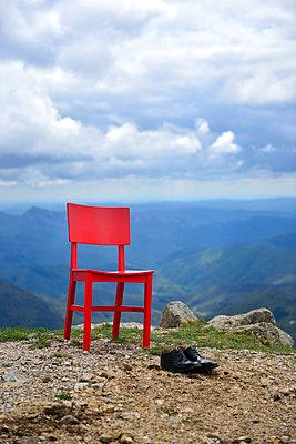 Roter Stuhl - p829m715925 von Régis Domergue