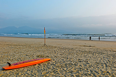 Rescue board and couple taking some snapshots on My Khe seafront in Da Nang, Vietnam, Southeast Asia - p934m892962 by Morgan Ommer