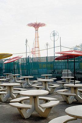 Fast food stand mit Picknicktischen - p9790621 von Freudenthal