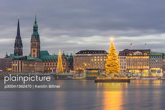 Germany, Hamburg, Jungfernstieg, town hall, St. Nicholas' Church, Christmas tree, Binnenalster in the evening - p300m1562470 by Kerstin Bittner