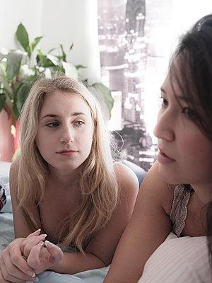 Zwei Frauen unterhalten sich - p1383m2045113 von Wolfgang Steiner