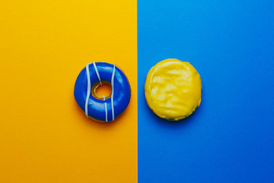 Donuts on colored background - p301m1130830f by Norman Posselt