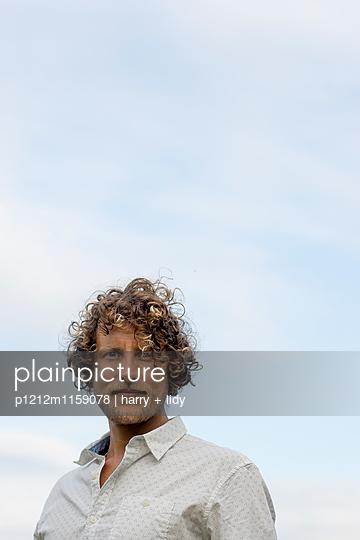 Portrait eines Mannes - p1212m1159078 von harry + lidy