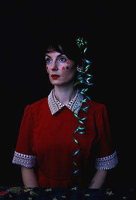 Woman portrait with Christmas decoration - p1521m2141354 by Charlotte Zobel