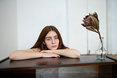 Young woman with brown hair day dreaming - p1646m2237682 by Slava Chistyakov