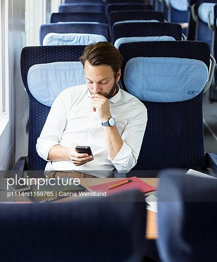 Geschäftsmann im Zug - p1114m1159785 von Carina Wendland