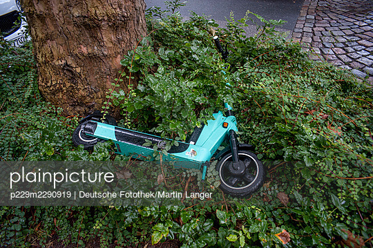 E-scooter in the bushes - p229m2290919 by Martin Langer